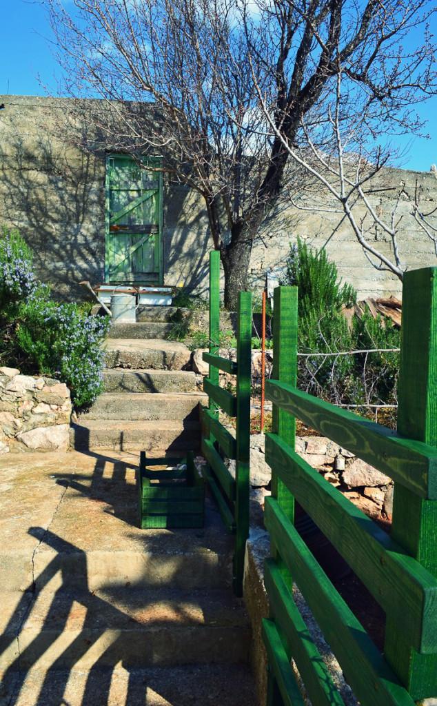 Garden front in green.